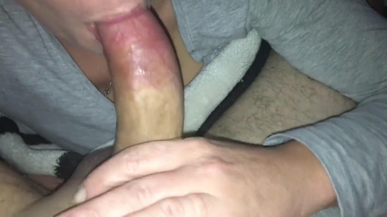 Блондинка сосет кривой, маленький пенис
