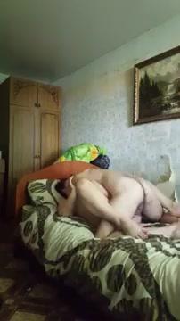 Шпилит жену на кровати