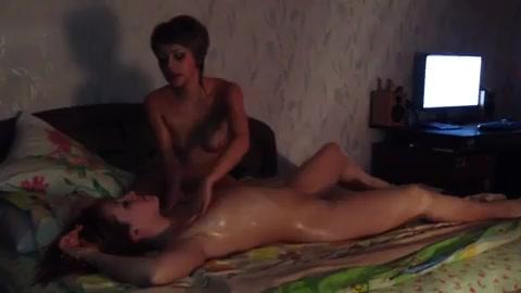 Жена развлекается с девушкой