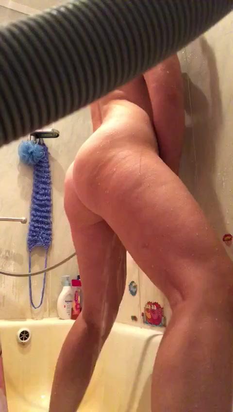 Ирина мастурбирует в ванной