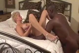 Зрелая блондинка отдается негру