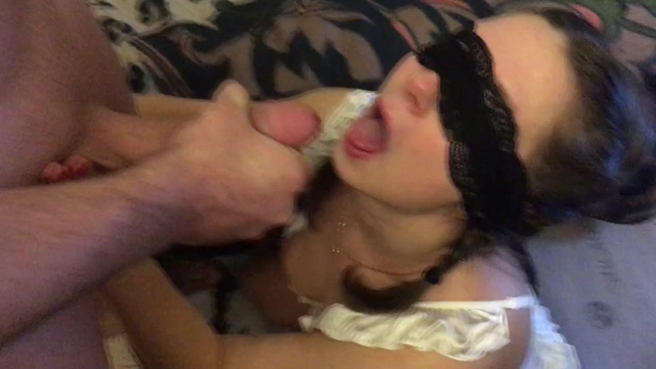 Сливает сперму в рот жене