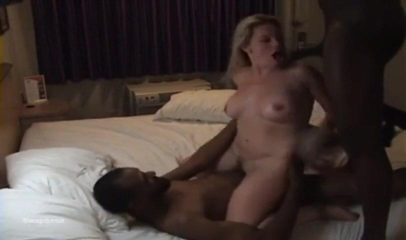 Блондинка шпилится с двумя неграми